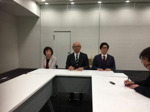会見に臨む、左から副理事長横江弘美、理事長小林、丹羽EOF実行委員会